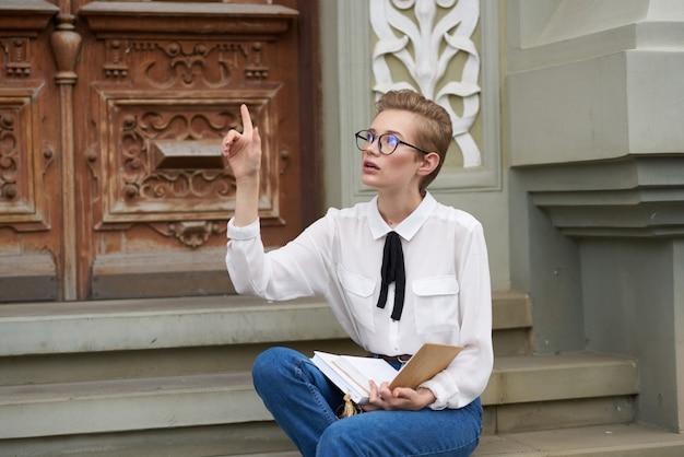 Étudiant avec un livre dans ses mains mode de vie de lecture à l'extérieur
