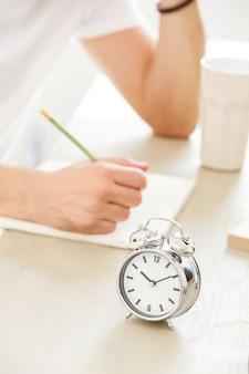 Étudiant, matin. jeune, table