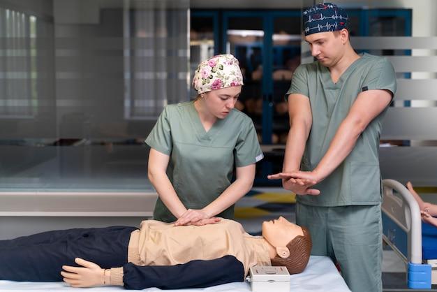 Étudiant en médecine faisant leur pratique dans un hôpital
