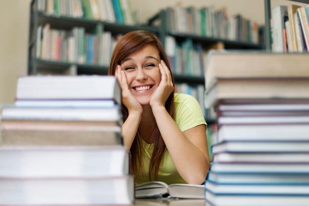 Étudiant mignon dans la bibliothèque
