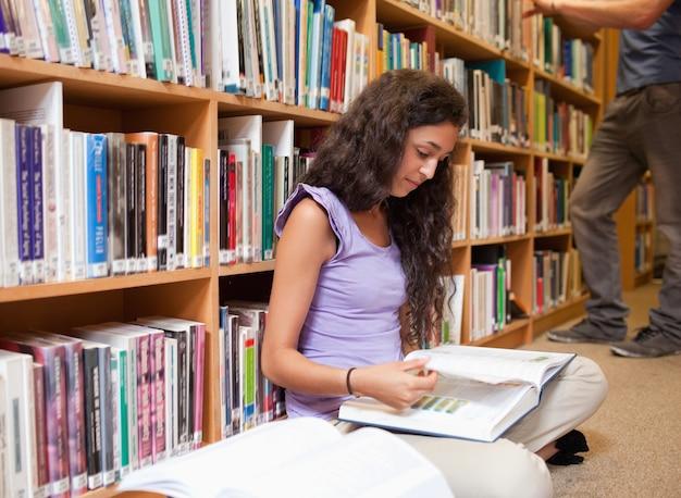 Étudiant mignon, lire un livre