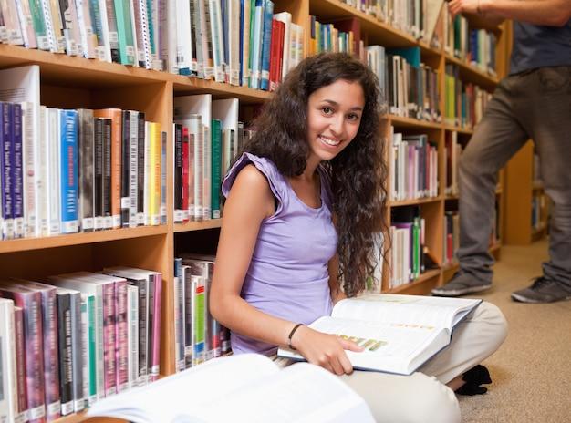 Étudiant mignon avec un livre