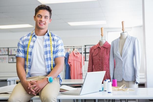Étudiant de mode avec compteur près des modèles