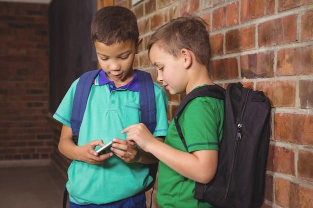 Étudiant montrant leur nouveau téléphone mobile