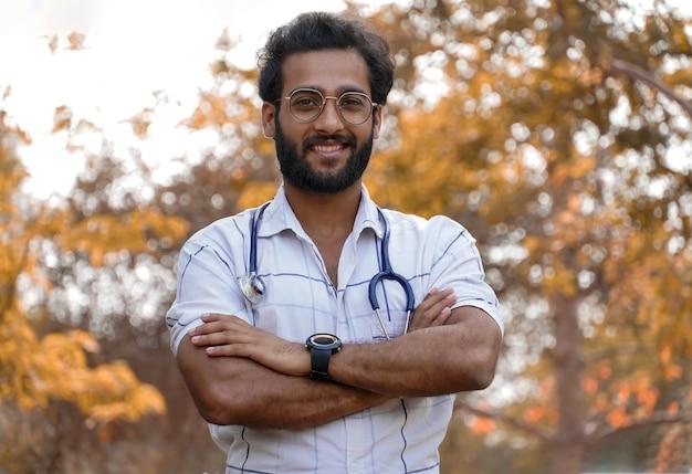 Un étudiant a obtenu une bourse dans un cours de formation médicale ou un collage - étudiant avec stéthoscope et montrant un signe de réussite - concept d'éducation médicale