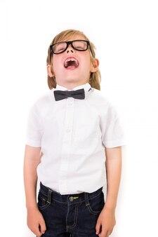 Étudiant portant des lunettes et noeud papillon sur fond blanc
