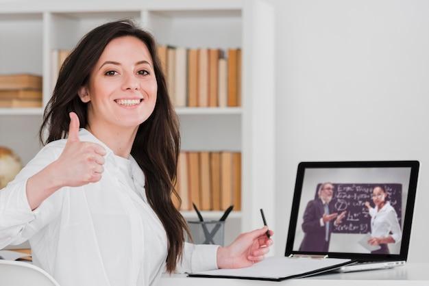 Étudiant, pouces haut, e-learning, concept