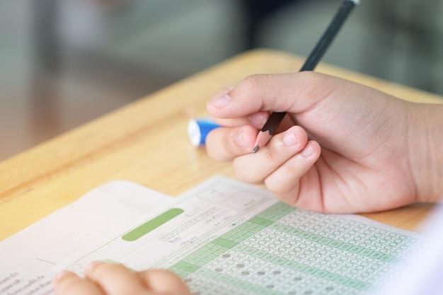 Étudiant prenant des examens