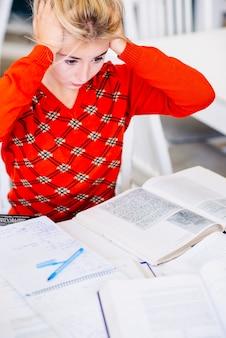 Étudiant prépare pour l'examen et paniquer