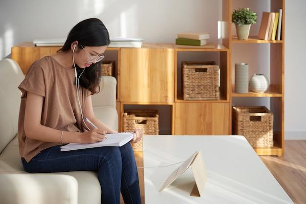 Étudiant qui étudie à la maison