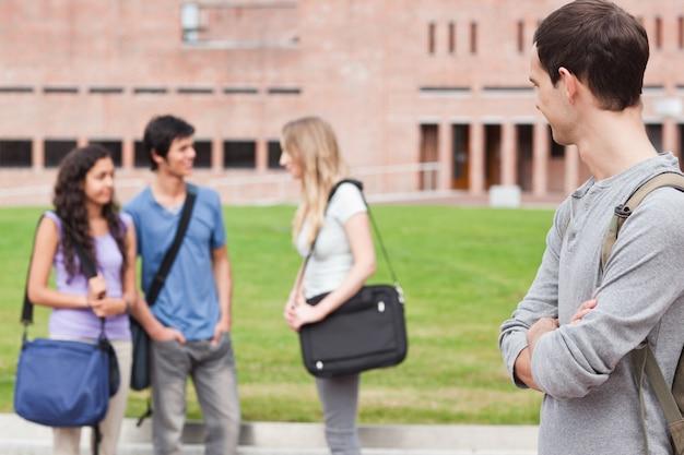 Étudiant en regardant ses camarades de classe parler