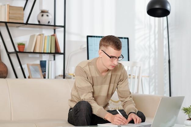 Un étudiant regarde un webinaire