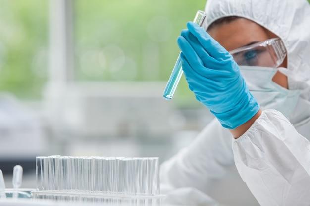 Étudiant en sciences protégées regardant un tube à essai