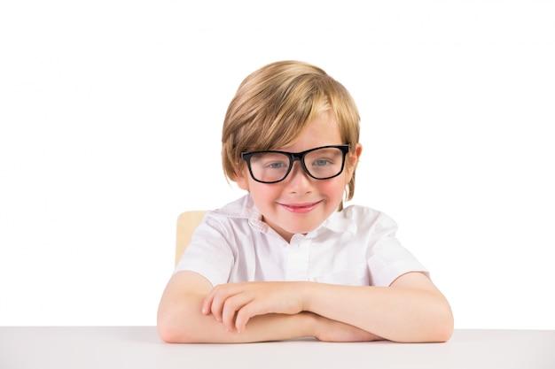 Étudiant souriant, assis avec des lunettes
