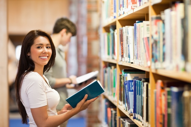 Étudiant tenant un livre