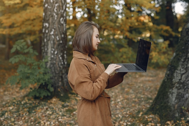 Étudiant travaillant dans un parc et utilise l'ordinateur portable