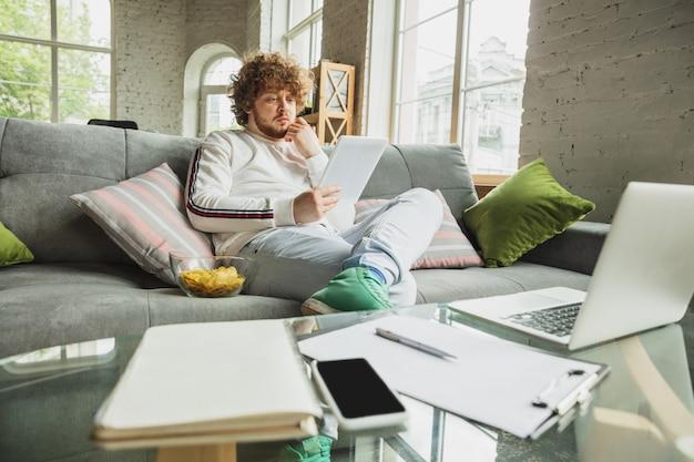 Étudiant travaillant à domicile