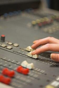 Étudiant travaillant sur les niveaux d'ajustement de sonorisation