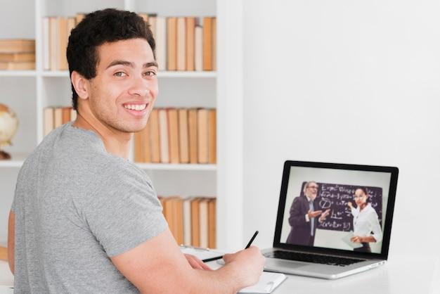 Étudiant universitaire apprenant des cours en ligne