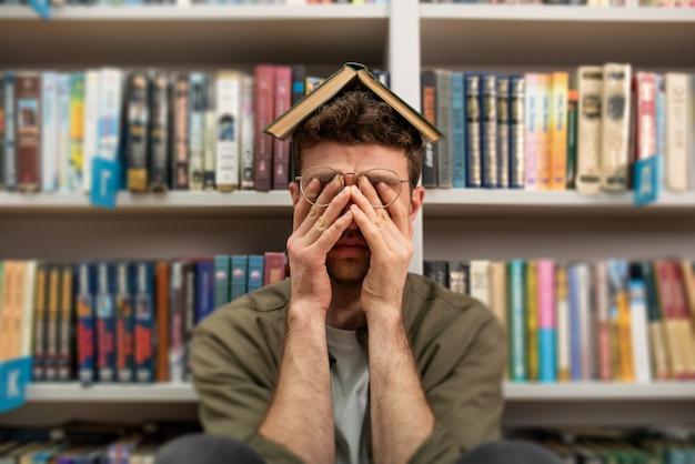 Un étudiant universitaire fatigué a du mal à étudier. concept de stress et de difficulté