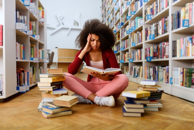 Un étudiant universitaire fatigué a du mal à étudier. concept de stress, question et difficulté
