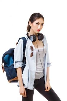 Étudiant universitaire isolé. jeune femme étudiante caucasienne asiatique
