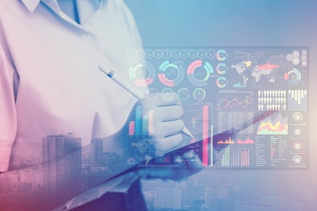 Étudiant universitaire utilisant la technologie moderne pour apprendre le concept de style de vie numérique d'infographie intelligente de données d'ia