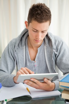 Étudiant utilisant un pavé tactile