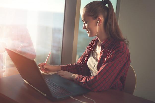 Étudiant utilisant le service d'éducation en ligne