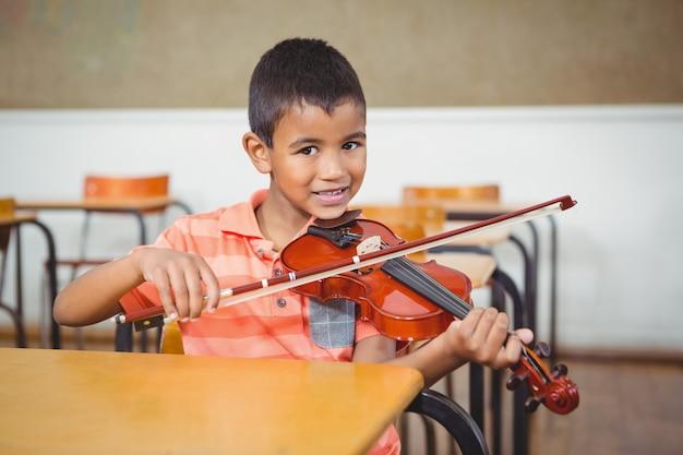 étudiant utilisant un violon en classe