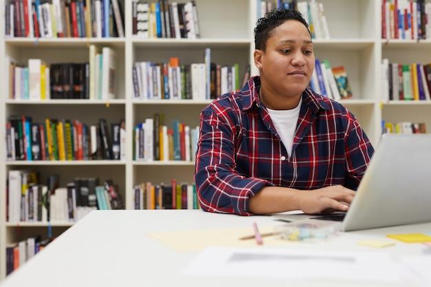 Étudiant, utilisation, ordinateur portable, bibliothèque