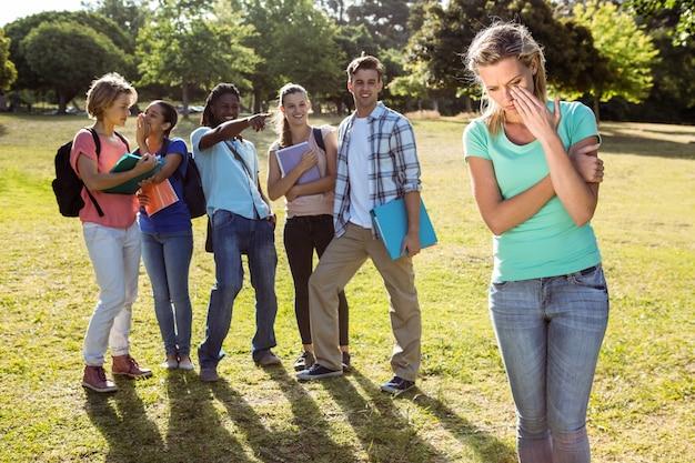 Étudiant victime d'intimidation par un groupe d'étudiants