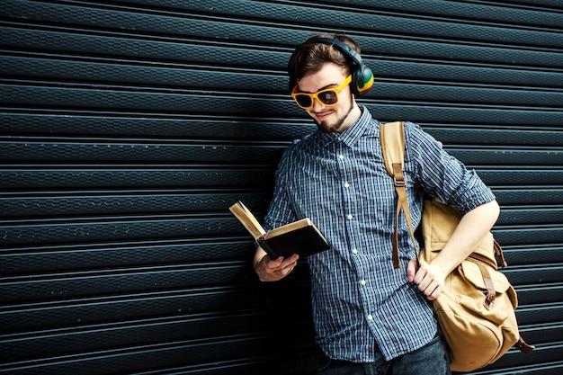 Étudiant voyageur avec sac à dos et livre. concept de voyage
