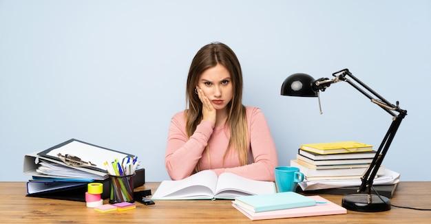 Étudiante adolescente dans sa chambre malheureuse et frustrée