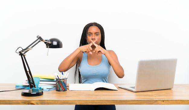 Étudiante adolescente montrant un geste du silence