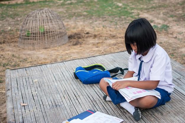 Étudiante asiatique à la campagne