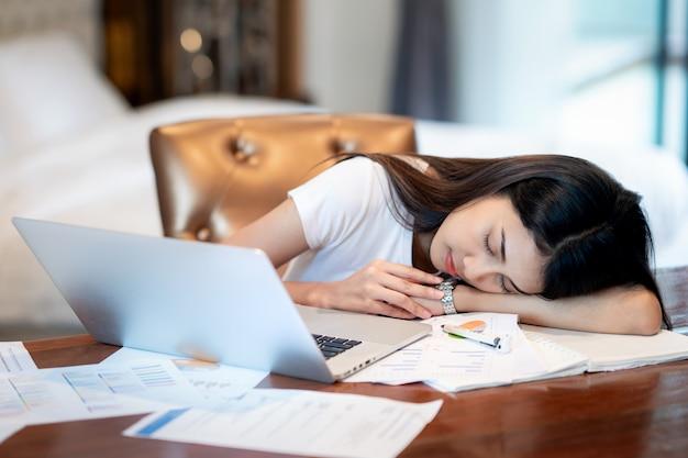 Une étudiante d'asina travaille dur et fait une répartition du milieu de la nuit jusqu'au matin et dort sur la table