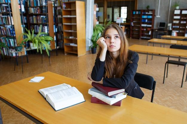 Étudiante à la bibliothèque