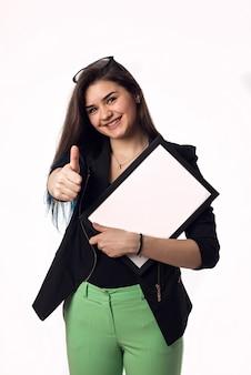 Étudiante brune avec cadre noir et blanc