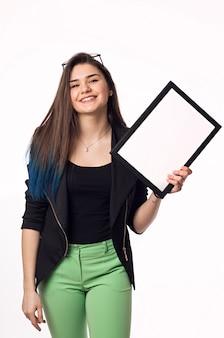 Étudiante brune jeune femme avec cadre noir et blanc