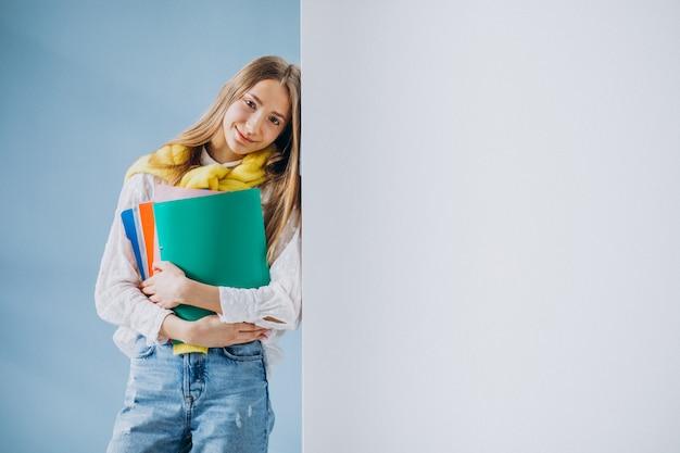 Étudiante debout avec des dossiers colorés