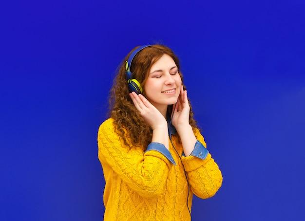 Étudiante écoute de la musique
