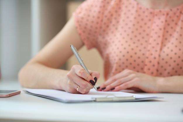 Étudiante, faire, devoirs., à, profondeur champ, image