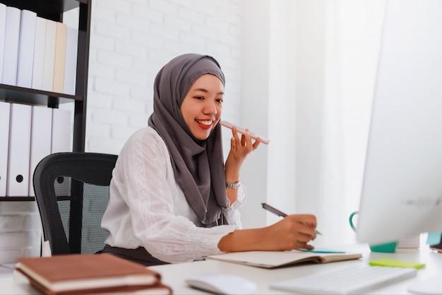 Étudiante ou femme d'affaires musulmane asiatique portant le hijab