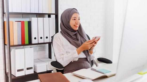 Étudiante ou femme d'affaires musulmane asiatique waring hijab