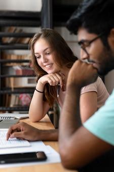 Une étudiante et un garçon étudient ensemble