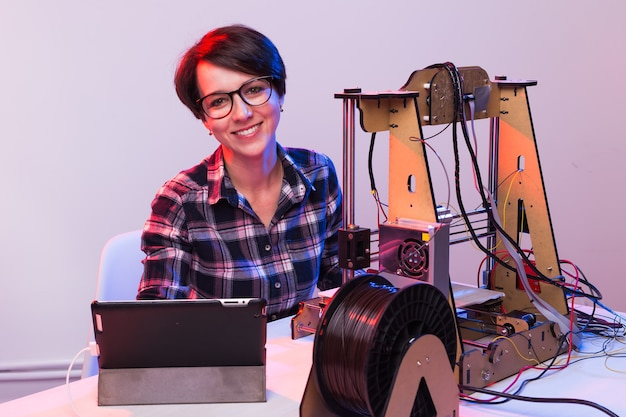 Une étudiante imprime un prototype sur une imprimante.