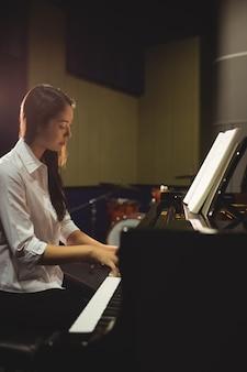Étudiante jouant du piano