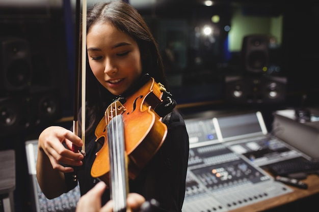 Étudiante jouant du violon