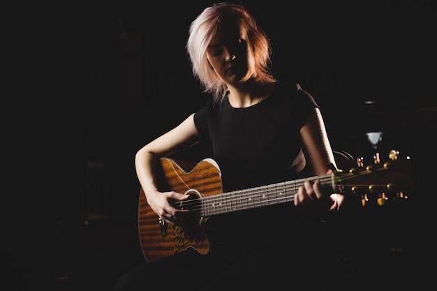 Étudiante jouant de la guitare